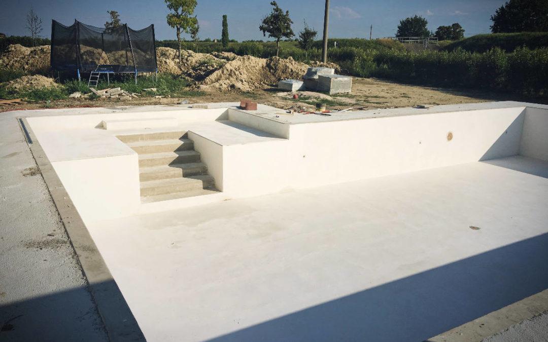 Piscina prefabbricata in cemento a Villa Franca di Forlì